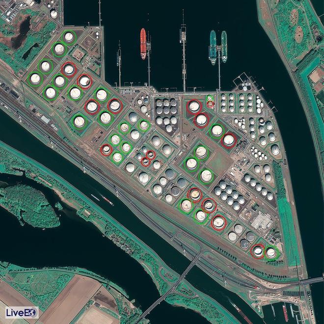 Thế giới đẫm mình trong dầu mỏ: Tàu chở dầu biến thành kho chứa nổi trên biển, kiên nhẫn xếp hàng vào bến - Ảnh 2.