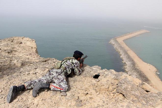 8 ngày sau lời tuyên chiến của TT Mỹ, Iran quyết tung đòn hiểm ở tam giác thép Hormuz? - Ảnh 2.