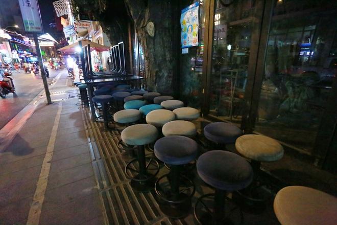 [ẢNH] Bùi Viện đông đúc trong ngày đầu hoạt động, một số hàng quán bị tịch thu bàn ghế vì lấn chiếm vỉa hè - Ảnh 3.