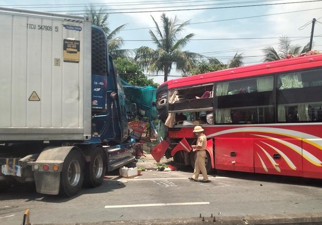 Xe khách và container đối đầu nhau kinh hoàng khiến cô giáo ngồi đón xe buýt bên đường tử vong - Ảnh 9.