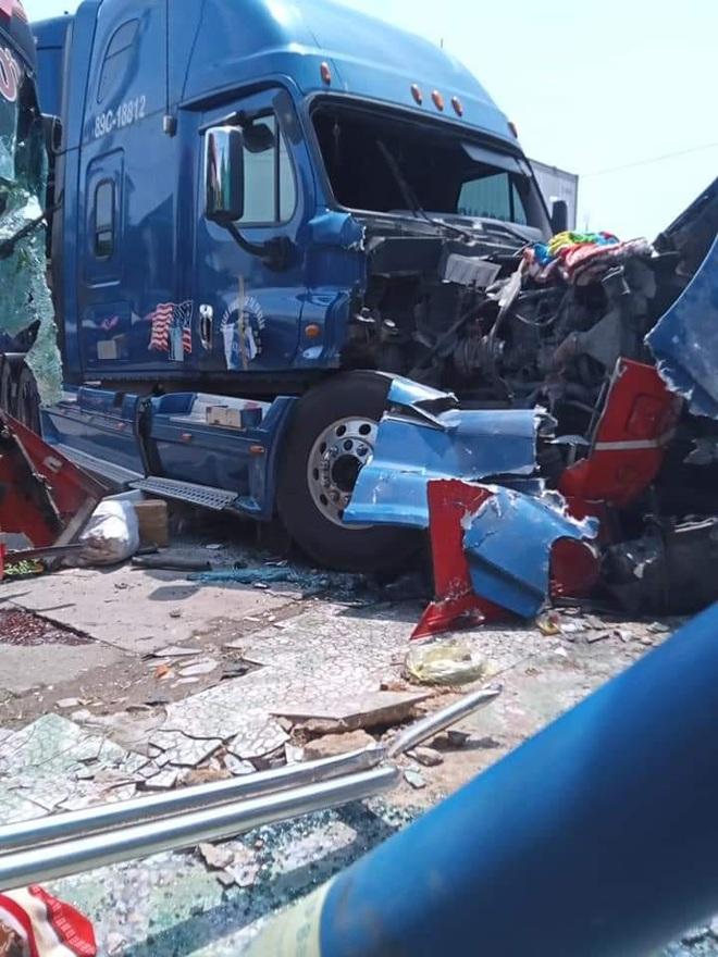 Xe khách và container đối đầu nhau kinh hoàng khiến cô giáo ngồi đón xe buýt bên đường tử vong - Ảnh 8.