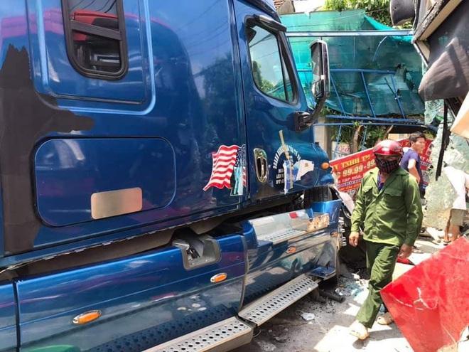 Xe khách và container đối đầu nhau kinh hoàng khiến cô giáo ngồi đón xe buýt bên đường tử vong - Ảnh 7.