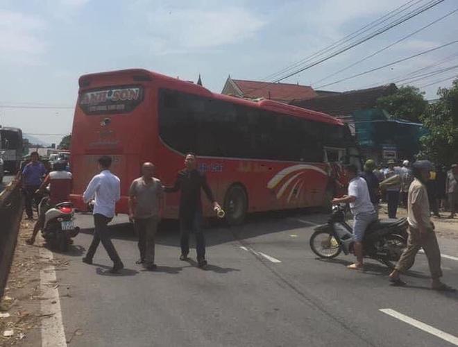 Xe khách và container đối đầu nhau kinh hoàng khiến cô giáo ngồi đón xe buýt bên đường tử vong - Ảnh 5.