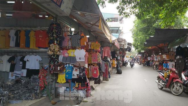 Tiểu thương chợ quần áo lớn nhất Hà Nội ngóng khách sau giãn cách xã hội - Ảnh 1.