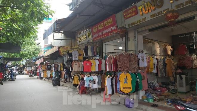 Tiểu thương chợ quần áo lớn nhất Hà Nội ngóng khách sau giãn cách xã hội - Ảnh 2.