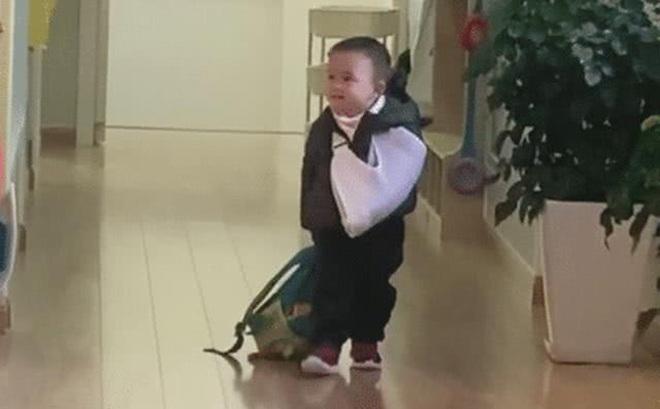Một tay băng bó, một tay vẫn hăng hái xách balo đến trường, cậu bé khiến cư dân mạng vừa buồn cười vừa thương