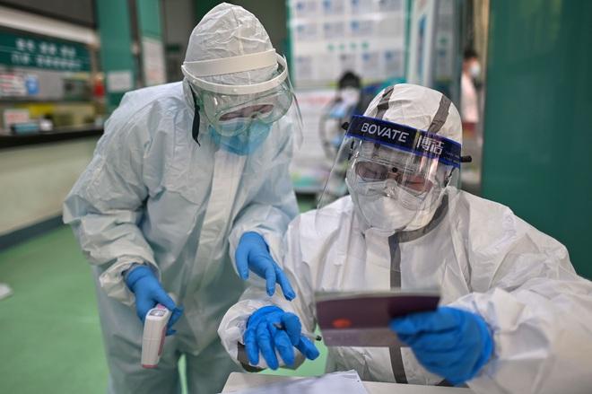 Vũ Hán ghi nhận ca nhiễm mới đầu tiên sau hơn 1 tháng; chuyên gia TQ chỉ ra đặc điểm nguy hiểm nhất của SARS-CoV-2 - Ảnh 1.
