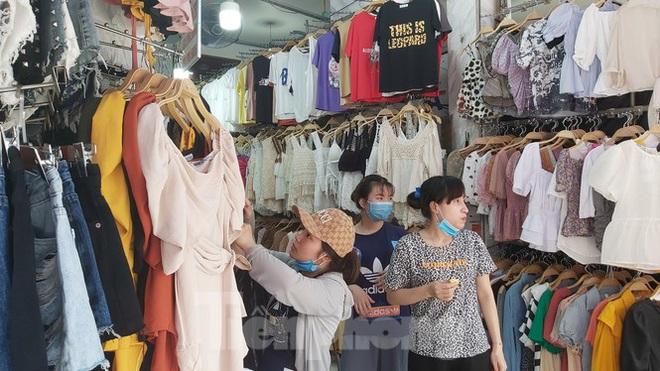 Tiểu thương chợ quần áo lớn nhất Hà Nội ngóng khách sau giãn cách xã hội - Ảnh 3.