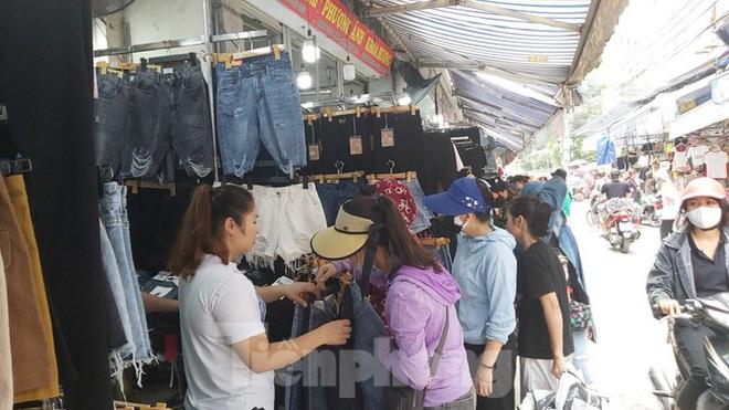 Tiểu thương chợ quần áo lớn nhất Hà Nội ngóng khách sau giãn cách xã hội - Ảnh 4.