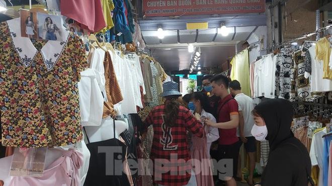 Tiểu thương chợ quần áo lớn nhất Hà Nội ngóng khách sau giãn cách xã hội - Ảnh 6.