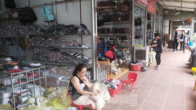 Tiểu thương chợ quần áo lớn nhất Hà Nội ngóng khách sau giãn cách xã hội - Ảnh 7.