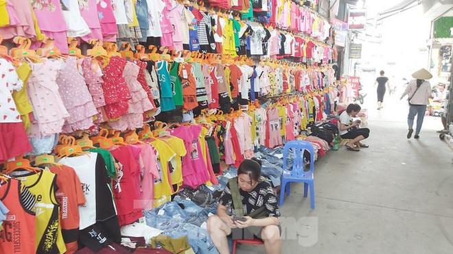 Tiểu thương chợ quần áo lớn nhất Hà Nội ngóng khách sau giãn cách xã hội - Ảnh 8.