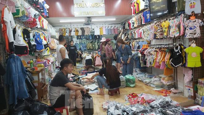 Tiểu thương chợ quần áo lớn nhất Hà Nội ngóng khách sau giãn cách xã hội - Ảnh 9.