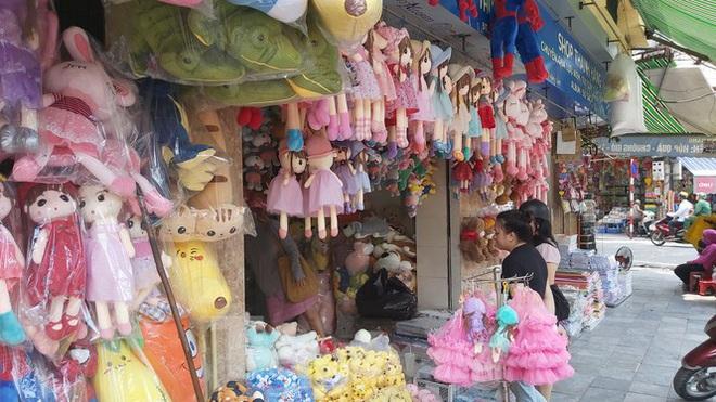 Tiểu thương chợ quần áo lớn nhất Hà Nội ngóng khách sau giãn cách xã hội - Ảnh 10.
