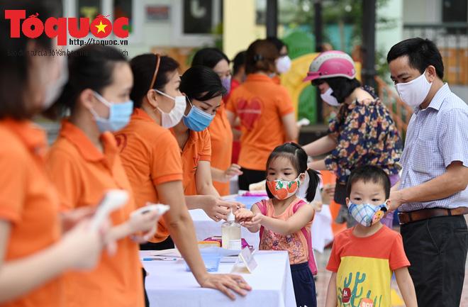 Học sinh gần 1.900 trường mầm non và tiểu học tại Hà Nội đi học trở lại - Ảnh 7.