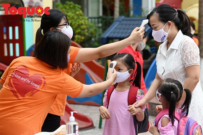Học sinh gần 1.900 trường mầm non và tiểu học tại Hà Nội đi học trở lại - Ảnh 6.