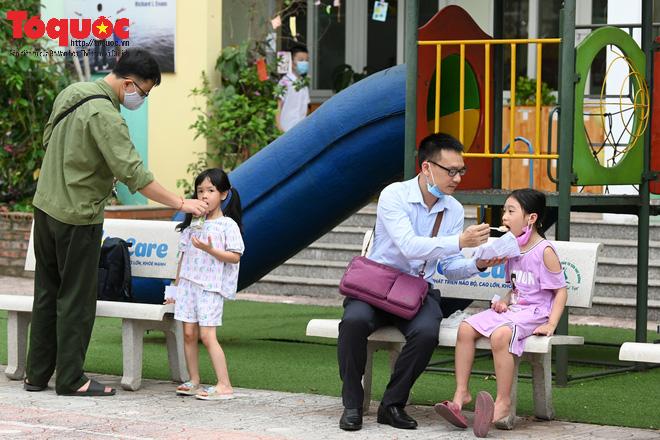 Học sinh gần 1.900 trường mầm non và tiểu học tại Hà Nội đi học trở lại - Ảnh 12.
