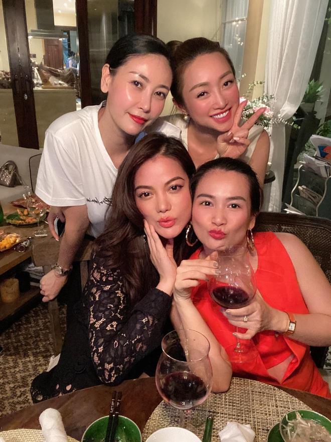 Hội bạn thân U40 showbiz lâu ngày tụ họp: Hà Kiều Anh đọ sắc Trương Ngọc Ánh, diện mạo trẻ trung của bạn gái Chi Bảo gây chú ý - Ảnh 1.