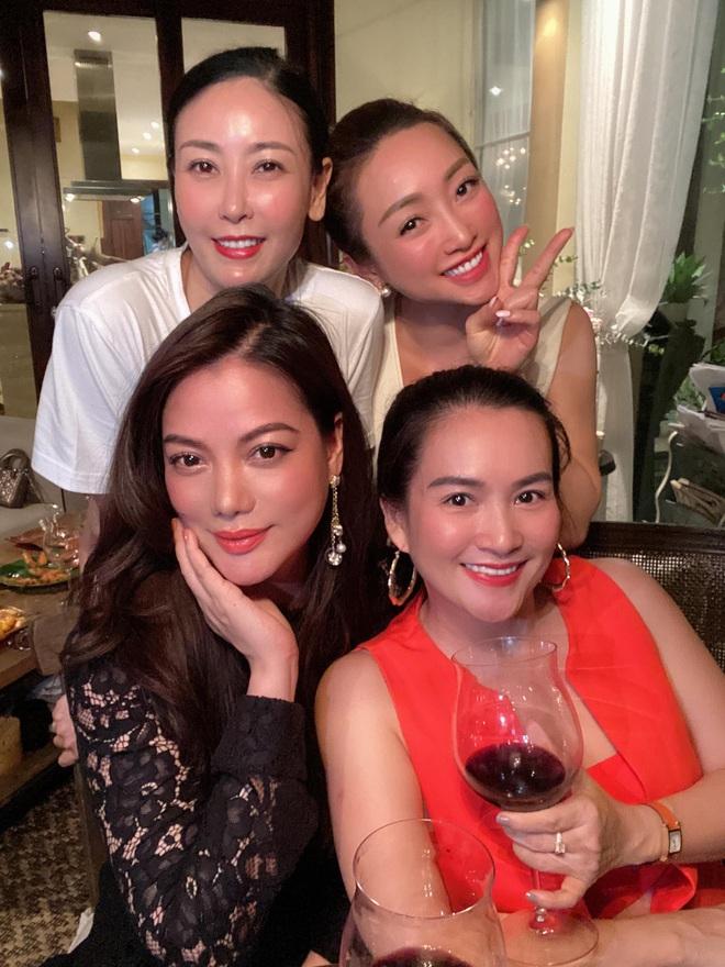Hội bạn thân U40 showbiz lâu ngày tụ họp: Hà Kiều Anh đọ sắc Trương Ngọc Ánh, diện mạo trẻ trung của bạn gái Chi Bảo gây chú ý - Ảnh 2.