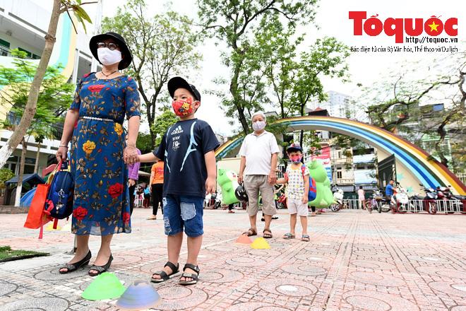 Học sinh gần 1.900 trường mầm non và tiểu học tại Hà Nội đi học trở lại - Ảnh 5.