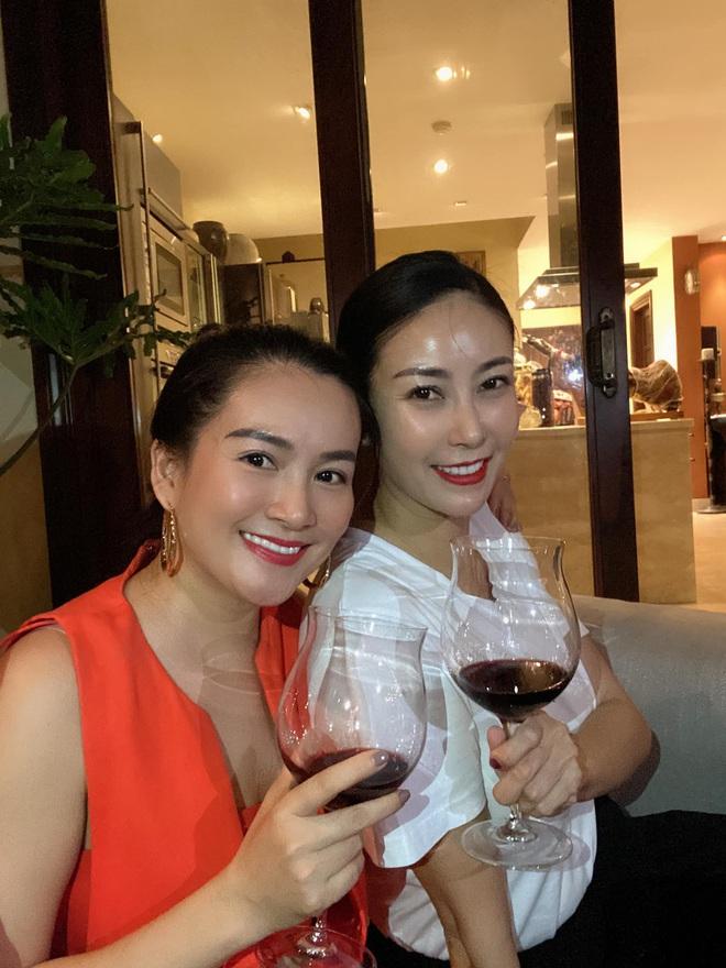 Hội bạn thân U40 showbiz lâu ngày tụ họp: Hà Kiều Anh đọ sắc Trương Ngọc Ánh, diện mạo trẻ trung của bạn gái Chi Bảo gây chú ý - Ảnh 3.