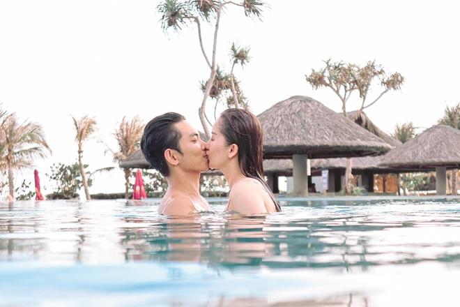 Khánh Thi khoe thân hình gợi cảm với bikini, hôn đắm đuối chồng kém 12 tuổi - Ảnh 8.