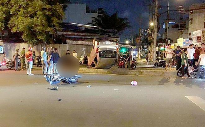 Ô tô lật ngửa sau va chạm với xe máy, 1 người tử vong, 2 người bị thương ở Sài Gòn