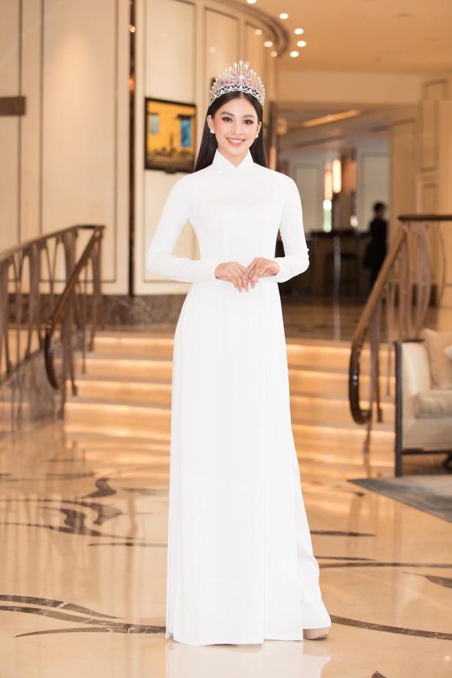 Trần Tiểu Vy đội vương miện, khoe sắc bên dàn mỹ nhân xinh đẹp - Ảnh 2.