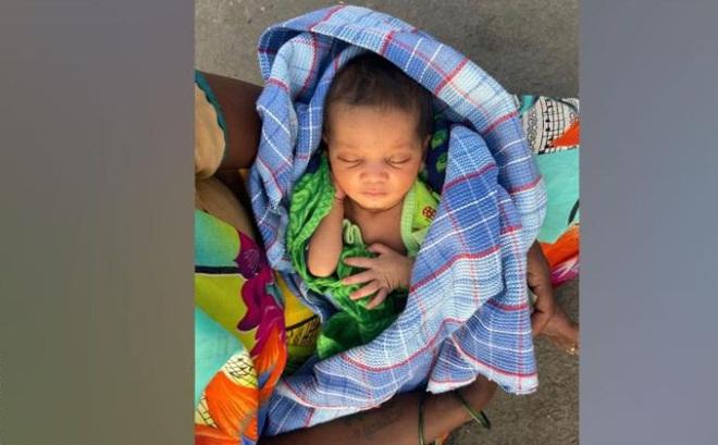Người phụ nữ Ấn Độ bế con mới sinh đi bộ 160km