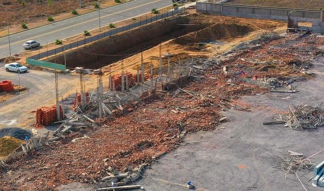 [ẢNH] Toàn cảnh vụ sập bức tường 100 m khiến 10 người tử vong tại Đồng Nai - Ảnh 3.