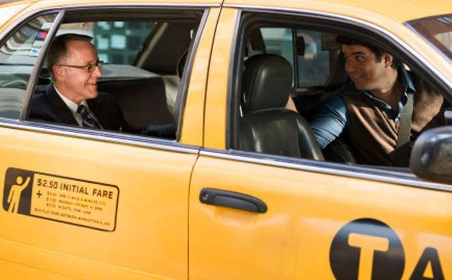 Mạnh dạn hỏi hành khách đi xe 1 câu, tài xế taxi thay đổi cả cuộc đời con trai mình