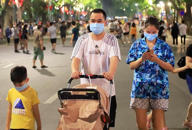 Phố đi bộ hồ Hoàn Kiếm rộn ràng trong ngày đầu hoạt động trở lại - Ảnh 2.