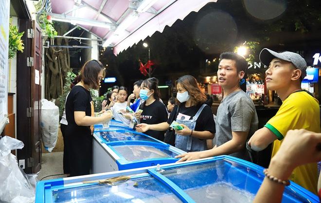 Phố đi bộ hồ Hoàn Kiếm rộn ràng trong ngày đầu hoạt động trở lại - Ảnh 8.