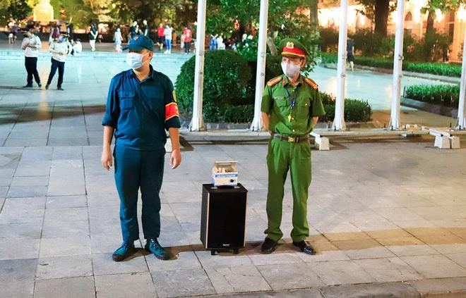 Phố đi bộ hồ Hoàn Kiếm rộn ràng trong ngày đầu hoạt động trở lại - Ảnh 9.