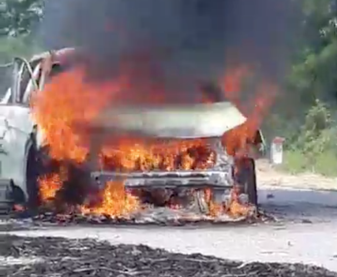 Xế hộp tiền tỷ bốc cháy dữ dội khi đi trên đường, chủ xe bỏng nặng - Ảnh 1.