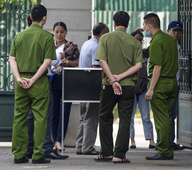 Vụ án nam sinh trường Gateway tử vong trên xe đưa đón: Nhiều người vắng, bị cáo Nguyễn Bích Quy xin hoãn tòa - Ảnh 1.