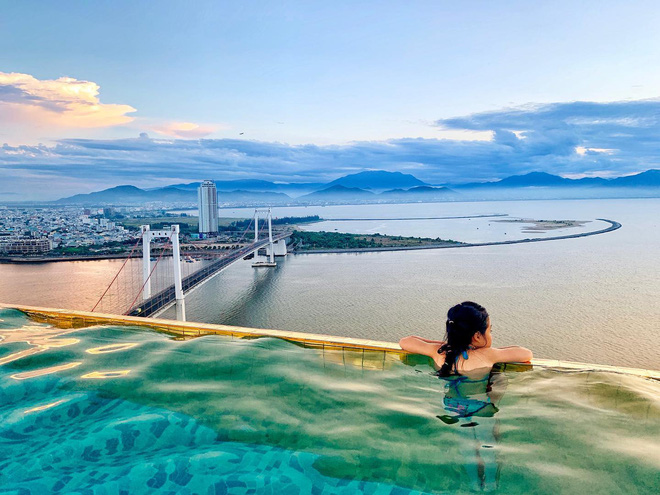 Bên trong khách sạn có bể bơi vô cực dát vàng đang giảm sốc, nghỉ 1 đêm miễn phí 1 đêm - Ảnh 1.