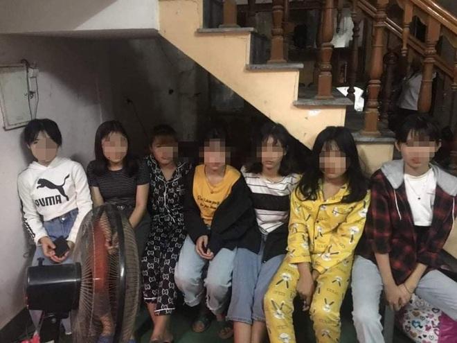 Giải cứu 12 thiếu nữ bị giam lỏng trong căn nhà 2 tầng để ép phục vụ quán karaoke - Ảnh 2.