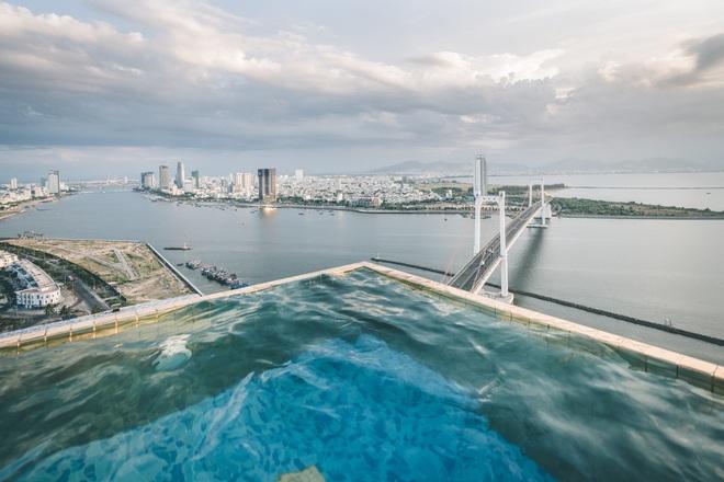 Bên trong khách sạn có bể bơi vô cực dát vàng đang giảm sốc, nghỉ 1 đêm miễn phí 1 đêm - Ảnh 3.