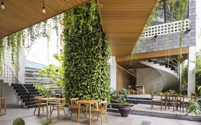 Vườn treo tại Đà Nẵng được cải tạo từ căn nhà xây dang dở xuất hiện long lanh trên báo Mỹ