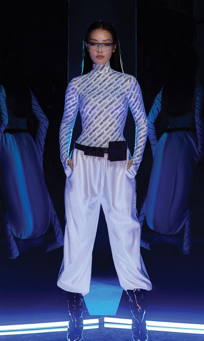 NTK Chung Thanh Phong làm người mẫu cho bộ sưu tập của chính mình - Ảnh 10.
