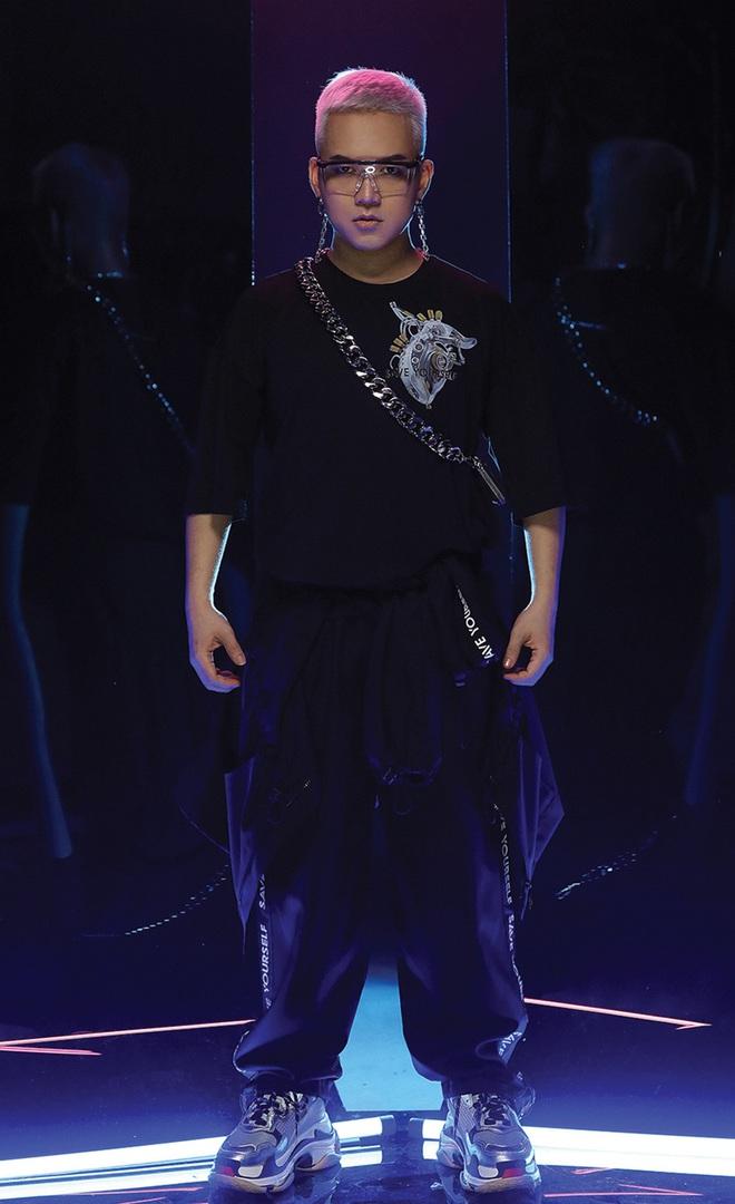 NTK Chung Thanh Phong làm người mẫu cho bộ sưu tập của chính mình - Ảnh 1.