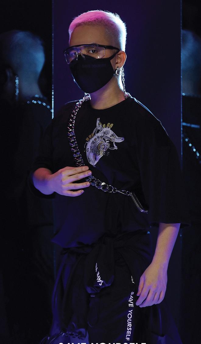 NTK Chung Thanh Phong làm người mẫu cho bộ sưu tập của chính mình - Ảnh 2.
