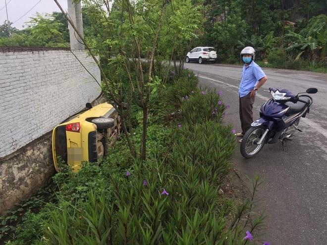 Ô tô lật nghiêng dưới cống, tài xế không còn ở hiện trường - diễn biến tai nạn gây tò mò - Ảnh 2.