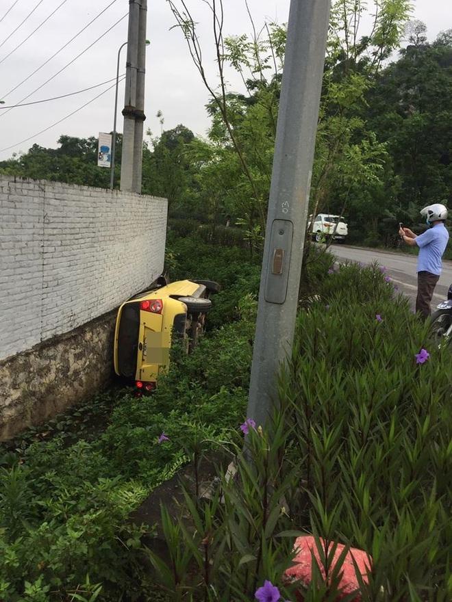 Ô tô lật nghiêng dưới cống, tài xế không còn ở hiện trường - diễn biến tai nạn gây tò mò - Ảnh 3.
