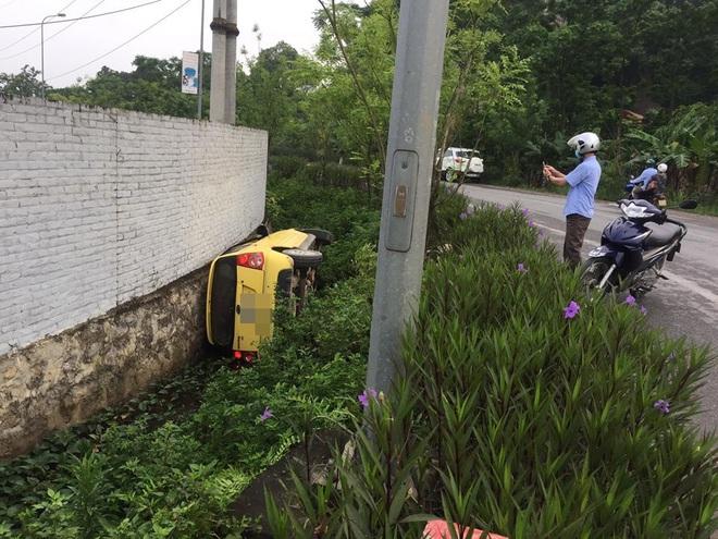 Ô tô lật nghiêng dưới cống, tài xế không còn ở hiện trường - diễn biến tai nạn gây tò mò - Ảnh 4.