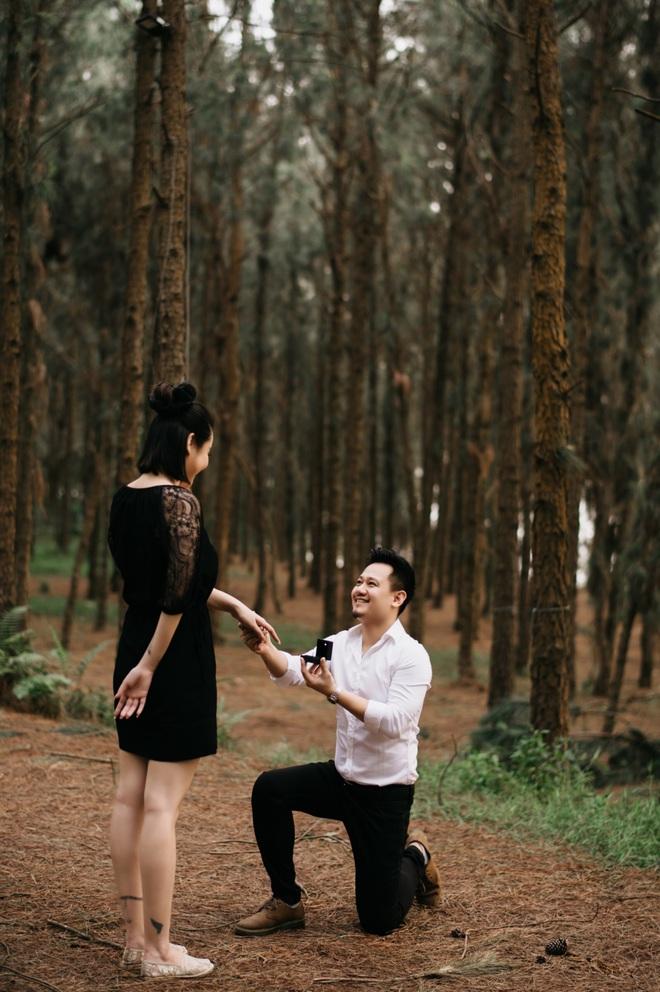 Vũ Hạnh Nguyên được bạn trai quỳ gối cầu hôn ở rừng thông - Ảnh 1.