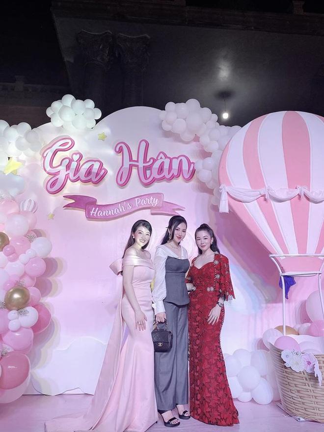 Cô dâu 200 cây vàng ở Nam Định thon gọn ngoạn mục so với lúc bầu, khoe nhan sắc lộng lẫy trong bữa tiệc của con gái đầu lòng - Ảnh 11.