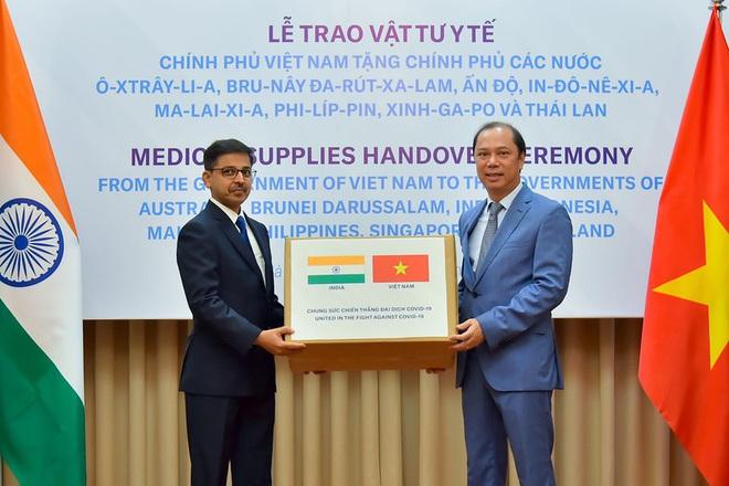 Việt Nam hỗ trợ trang thiết bị y tế cho 8 nước đang bị dịch Covid-19 - Ảnh 2.