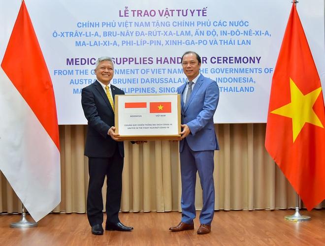 Việt Nam hỗ trợ trang thiết bị y tế cho 8 nước đang bị dịch Covid-19 - Ảnh 3.
